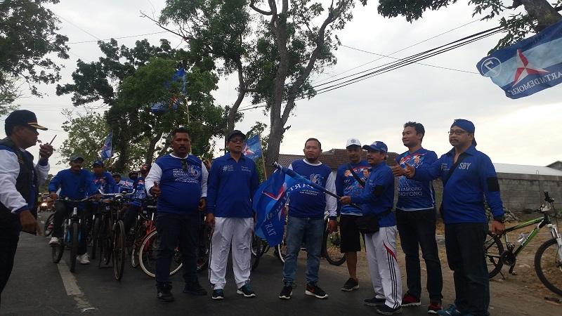 Ratusan masyarakat Bumi Reog Ponorogo Jawa Timur mengikuti Nggowes Bareng Ultah Ke 16 Partai Demokrat (PD) yang diadakan oleh DPC Partai Demokrat Kabupaten Ponorogo, Minggu (24/9/2017) pagi. (Foto: Muh Nurcholis/NusantaraNews)
