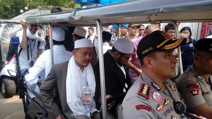 Ketua Presidium 212 Slamet Ma'arif saat Aksi 299 di kawasan Gedung DPR. Foto Richard Andika/ NusantaraNews