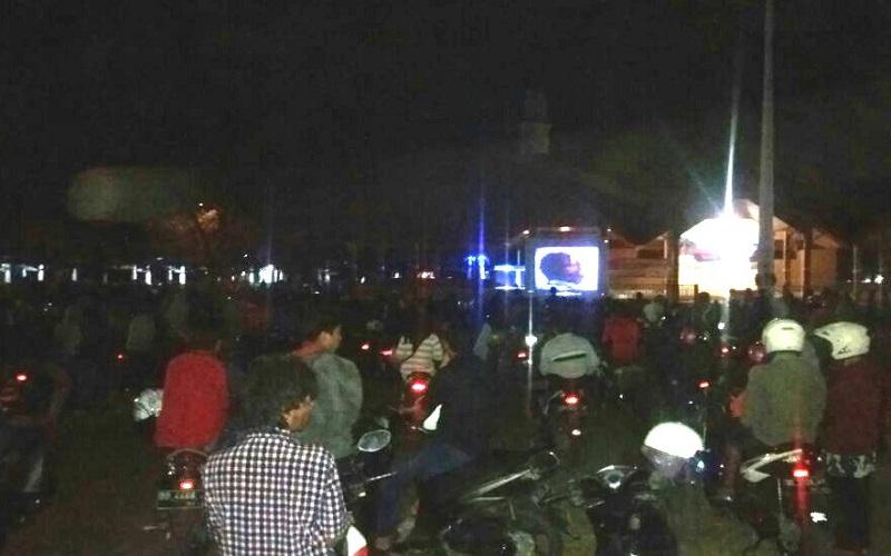 Kodim 1415 Kepulauan Selayar melalui rangkaian kegiatan pemutaran film G30S/PKI yang digelar Danpos Ramil 1415-02, Pulau Jampea, kecamatan Pasimasunggu, pada hari Rabu, (27/9) malam. (Foto: Fadli Syarif/NusantaraNews)