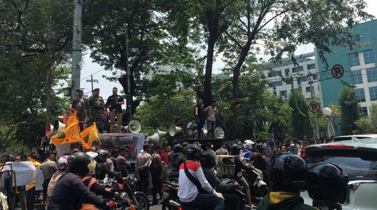 Aksi Massa Menolak Seminar Pro Komunis di Depan Gedung LBH Jl. Diponegoro, Jakarta Pusat/Foto Dok. Detik/Nusantaranews