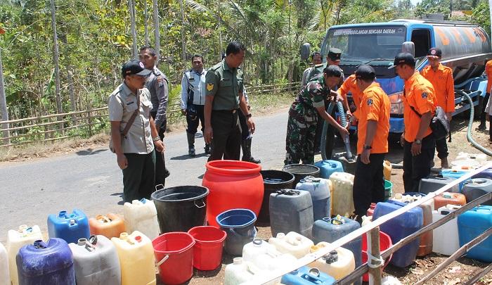 Koramil 0808 Bantu Salurkan Air bersih untuk masyarakat. Foto Her/ NusantaraNews.co