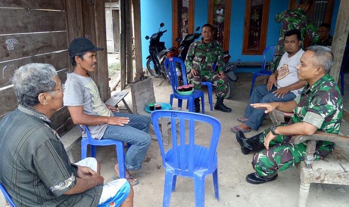 Kemesraan Dandim Ngawi beriaolog dengan Warga. Foto Wahyu/ NusantaraNews