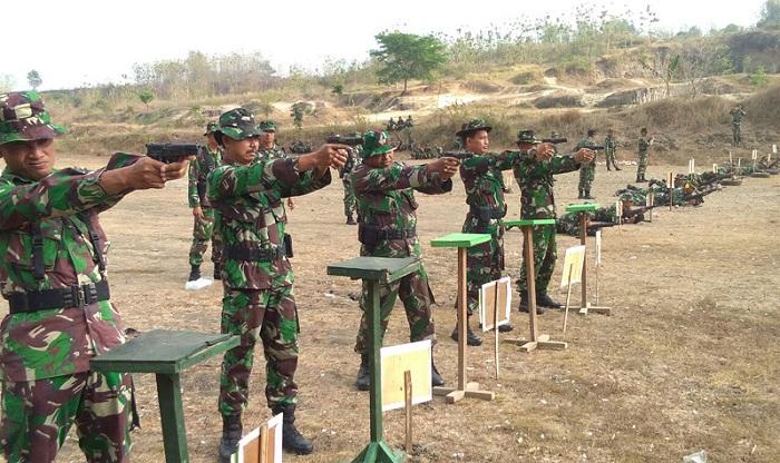 479 orang prajurit Kodim 0803/Madiun latihan menembak senjata ringan di Lapangan Tembak Kodim 0803/Madiun Gunung Kendil, Kamis (7/9/17). Foto mc0803/ NusantaraNews.co