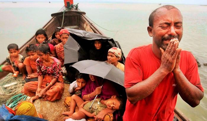 Pengungsi Rohingya berdoa di atas biduk. Foto AP