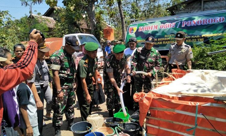 Dropping Air Bersih Kodim Ponorogo di Daerah Kekeringan/Foto Nurcholis/Nusantaranews