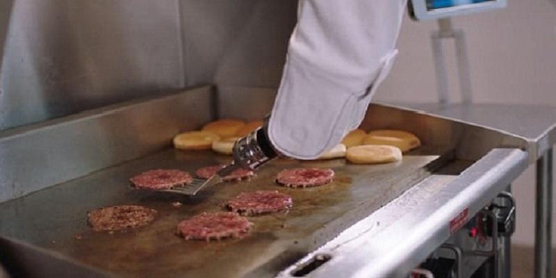 Flippy, robot berbasis kecerdasan buatan yang bisa 'memasak burger sempurna setiap saat', kini telah menggantikan pekerja manusia di CaliBurger di Pasedena. Flippy menggunakan lengannya (foto) untuk membalik burger dan meletakkannya di roti dan bisa mengeja awal dari akhir untuk koki makanan cepat saji. (Foto: Miso Robotics)