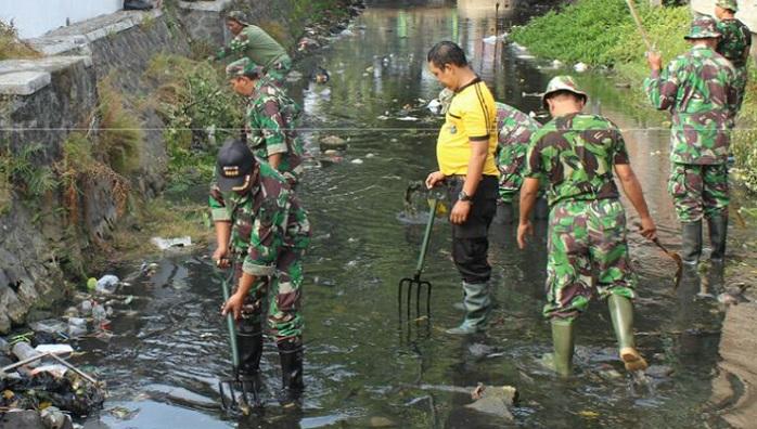 Gerakan Nasional Indonesia Bersih (GNIB), Jumat, 8 September 2017 sebagai bentuk kepedulian akan pentingnya kebersihan dan kesehatan Kodim 0808/Blitar. Foto Istimewa/ NusantaraNews.co