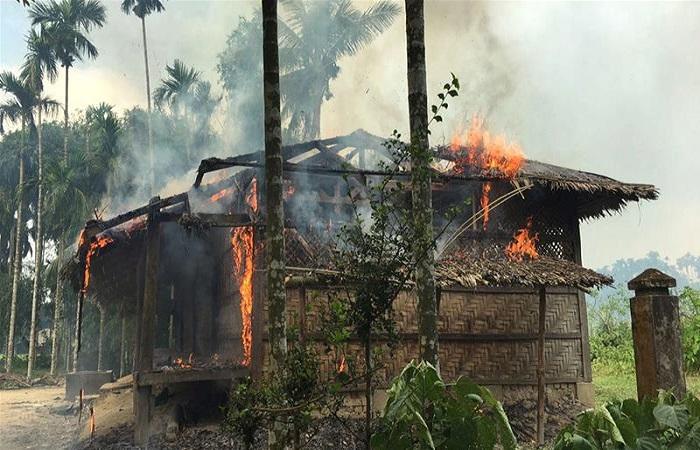 Sebuah gambar rumah yang terbakar di desa Gawdu Zara, negara bagian Rakhine utara, Kamis pekan lalu. (Foto: AFP)