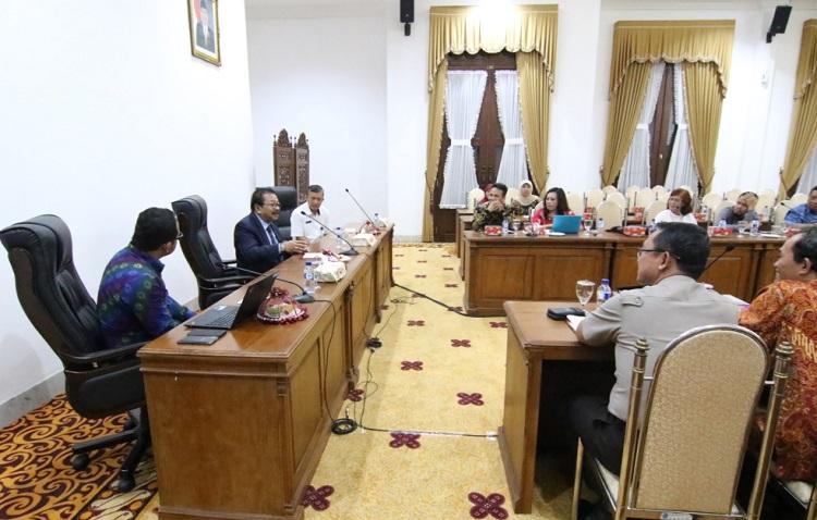 Gubernur Jatim Soekarwo saat memimpin rapat membahas perkembangan pelaksanaan Imunisasi. (Foto Tri Wahyudi/Nusantaranews)