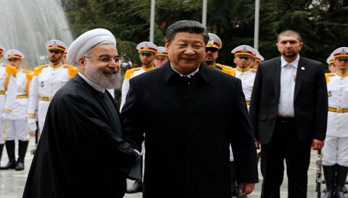 Presiden Iran Hassan Rouhani berjabat tangan dengan Presiden China Xi Jinping (R) dalam sebuah upacara penyambutan pada tanggal 23 Januari 2016 di ibukota Teheran. (Foto: AFP/ STR)