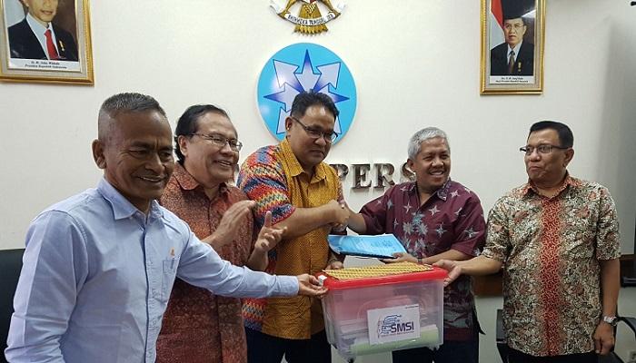 Penyerahan berkas pendaftaran dilakukan Ketua SMSI Teguh Santosa disaksikan Penasehat SMSI, Rizal Ramli dan Atal S Depari. Foto Istimewa (SMSI)/ NusantaraNews.co