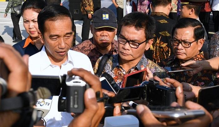 Presiden Jokowi usai meresmikan ruas jalan tol Kertosono Mojokerto Seksi II dan III Jombang-Mojokerto Barat di Gerbang Tol Mojokerto, Kabupaten Mojokerto, Jawa Timur, Minggu (10/9/2017). (Foto: Laily Rachev/Biro Pers Setpres)