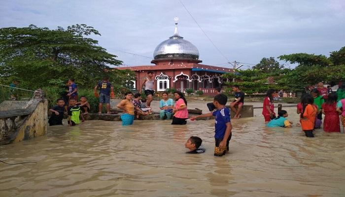 Banjir disebabkan intensitas hujan yang tinggi secara merata di wilayah Kabupaten Asahan dan sekitarnya, termasuk bagian hulu Kabupaten Simalungun sejak Jumat (15/9/2017). (Foto: Istimewa)