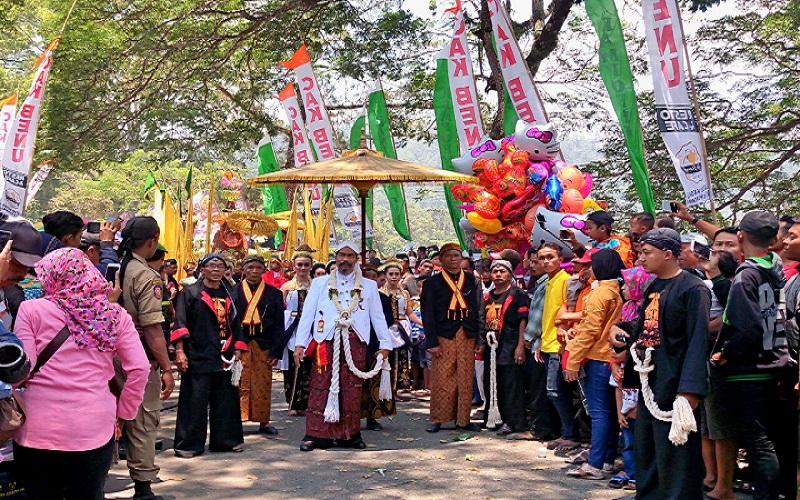 Tradisi Ngalap Berkah Larungan Buceng Purak serta Risalah Doa masyarakat sekitar Telaga Ngebel, Kabupaten Ponorogo, Jatim. (Foto: Much Nurcholis//NusantaraNews)