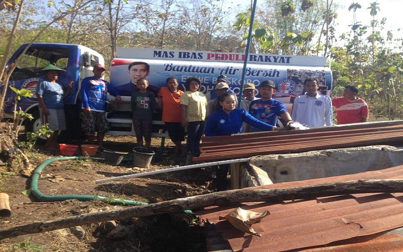 Ketua Fraksi Partai Demokrat DPR RI, Edhie Baskoro Yudhoyono (EBY) atau bisa disapa Ibas mengirimkan bantuan air bersih ke wilayah yang mengalami kesulitan air bersih di wilayah Kabupaten Ponorogo. (Foto: Muh Nurcholis/NusantaraNews