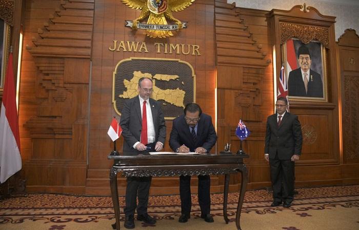 Penandatanganan kembali MOU Jati)-Australia Barat oleh Premier Australia Barat dan Gubernur Pakde Karwo, salah satu isinya ialah pemberian Beasiswa S2. Foto Tri Wahyudi/ NusantaraNews.co