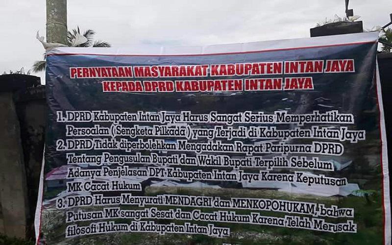 Spanduk pernyataan masyarakat Kabupaten Intan Jaya, Papua kepada DPRD Kabupaten Intan Jaya. (Foto: Istimewa)