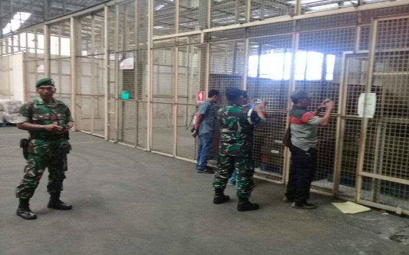 Anggota TNI tampak sedang berjaga-jaga di sebuah gudang yang diduga tempat senjata 4x46mm SAGL yang diimpor Polri dari Bulgaria untuk Korps Brimob. (Foto: Istimewa)