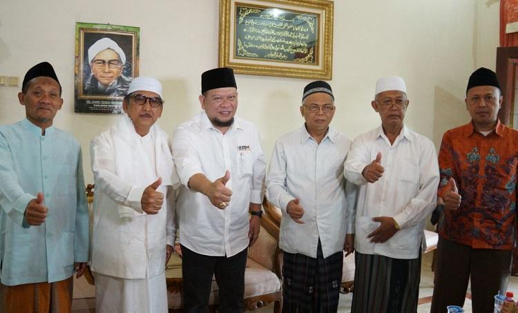 KH. Hasib Wahab berfoto bersama La Nyalla/Foto Tri Wahyudi/Nusantaranews