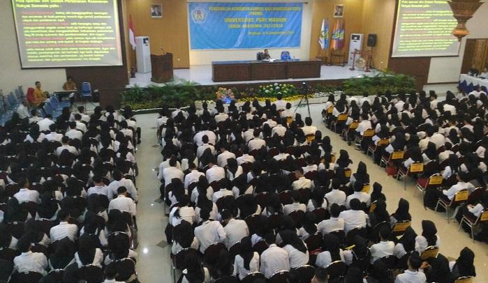 "Kasdim 0803/Madiun Mayor Inf Meina Helmi saat memberikan kuliah umum kepada 1.267 mahasiswa Universitas PGRI Madiun (UNIPMA) bertajuk ""Sistem Pertahanan Semesta"". Foto NusantaraNews.co"