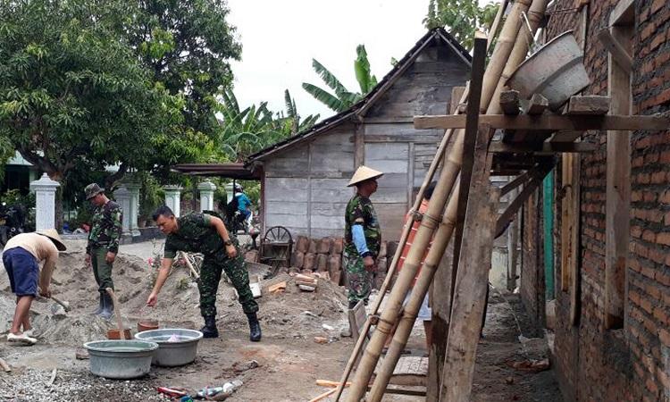 Kerja bakti bersama warga Mantingan, bangunkan rumah untuk pejuang veteran. (Foto Dok. Pribadi/Nusantaranews)