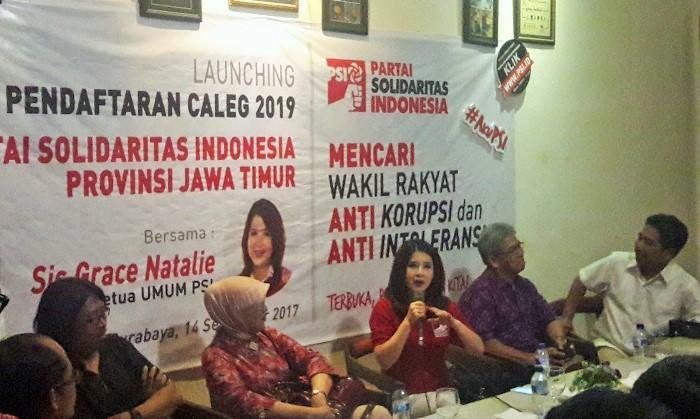 Ketum PSI Grace Natalie (tengah). Foto Tri Wahyudi/ NusantaraNews.co
