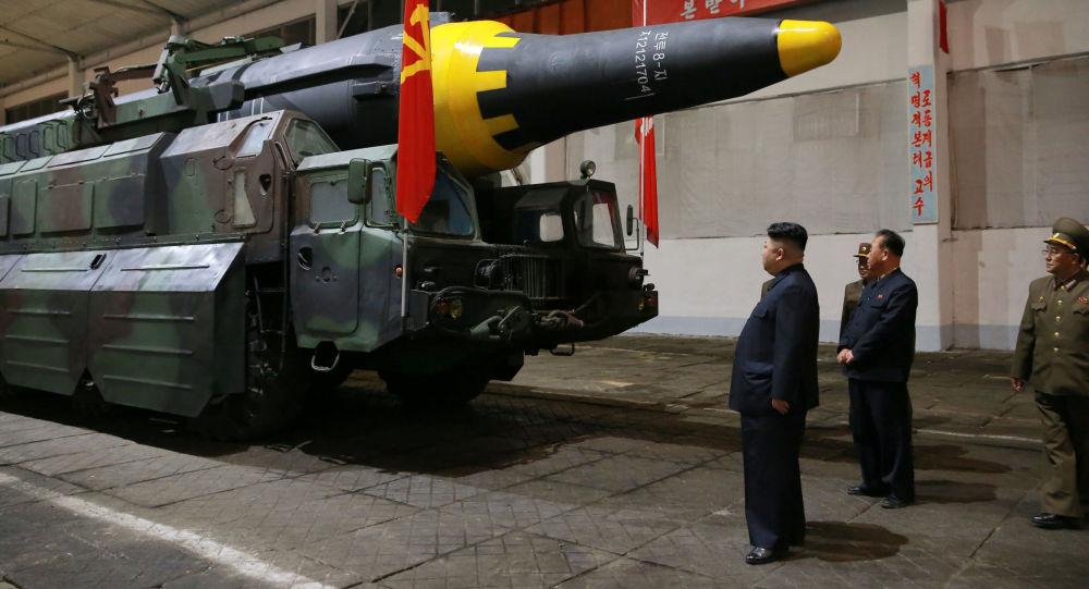 Pemimpin Korea Utara Kim Jong-un dan rudal balistiknya. (Foto: Reuters/KCNA)