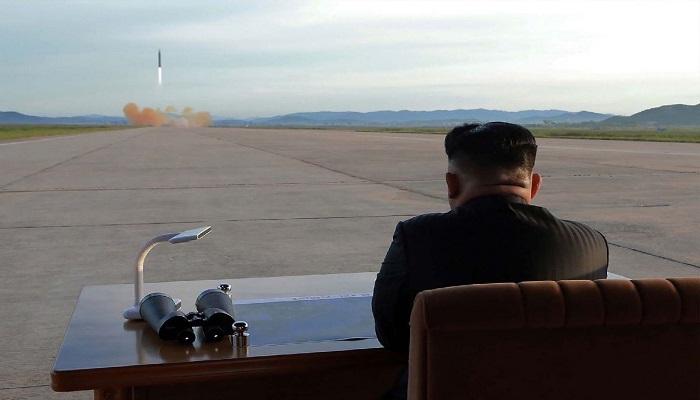 Foto tak bertanggal yang dipublis kantor berita resmi Korea Utara, KCNA pada tanggal 16 September 2017 menunjukkan pemimpin Korea Utara Kim Jong-un menyaksikan uji coba peluncuran rudal balistik strategis jangka menengah dan Hwasong-12. (Foto: KCNA/AFP/STR)