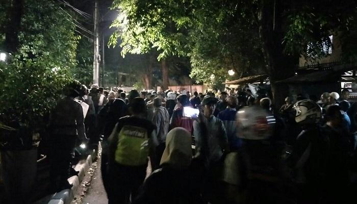 Massa anti PKI menggeruduk kantor LBH-YLBHI pada minggu malam (17/9) sekitar pukul 21.00 hingga Senin (18/9) dini hari menuntut pembubaran acara PKI. (Foto: Istimewa)