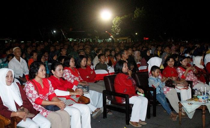 Dialog Interaktif bersama sekitar 1000 masyarakat di Lapangan Hitan Secaba Rindam V/Brw Jl Tidar Jember ini dilanjutkan dengan nonton bareng pemutaran film G30S/PKI. Foto Sis24/NusantaraNews