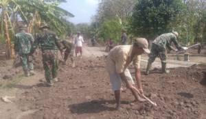 Masyarakat Bantu TMMD Ngawi. Foto Wahyu/ NusantaraNews