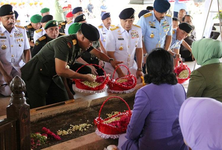 Panglima TNI Gatot Nurmantyo saat Nyekar di makam Bung Karno/Foto Amrin/Nusantaranews