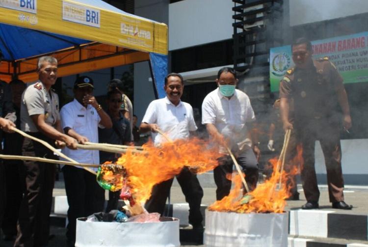 Pembakaran Barang Bukti Oleh Kejari Sumenep/Foto Mahdi/Nusantaranews