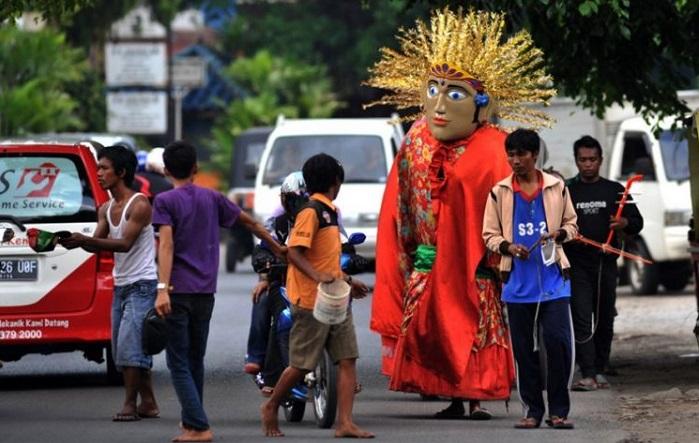 Pengamen onde-ondel di Jakarta. Foto: radarpena.com