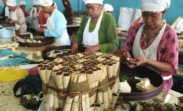 Pengrajin Rokok Klobot/Foto via bangsaonline/Nusantaranews