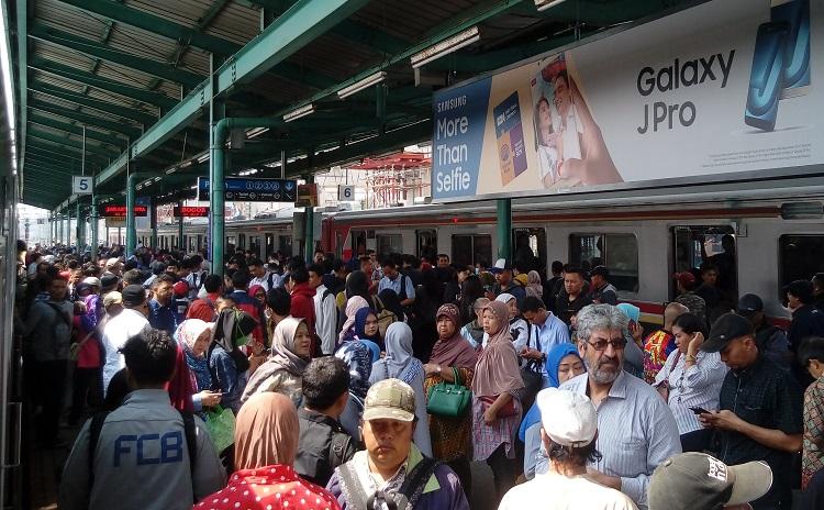 Penumpang Membludak di Stasiun Karena KRL Anjlok/Foto Andika/Nusantaranews