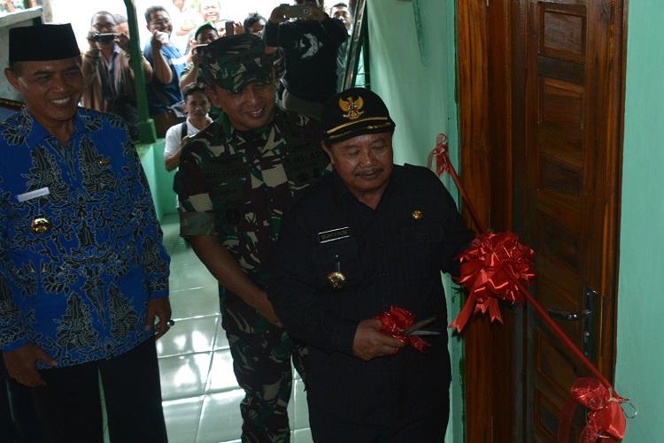 Penyerahan Hasil Rehab Rumah Veteran (Foto: Rantelino/Nusantaranews)