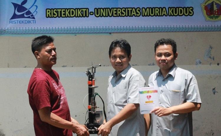 Penyerahan alat pembuat gagang pisau oleh Fajar Nugraha/Foto Dok. Pribadi/Nuasntaranews