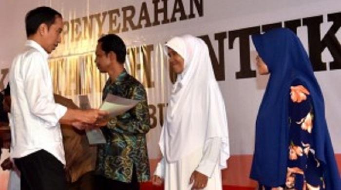 Presiden Jokowi serahkan sertifikat di Sukabumi. Foto: Dok. setkab.go.id