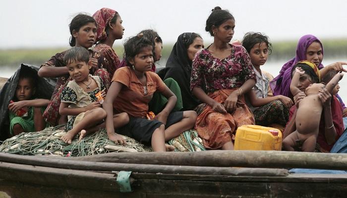 Pengungsi Rohingya dari Myanmar duduk di atas kapal saat mereka mencoba masuk ke Bangladesh. (Foto: Reuters/Andrew Biraj)