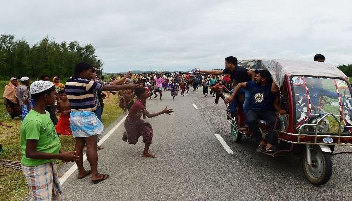 Pengungsi Rohingya meminta-minta di jalanan sekitar kam pengungsian. (Foto: AFP)