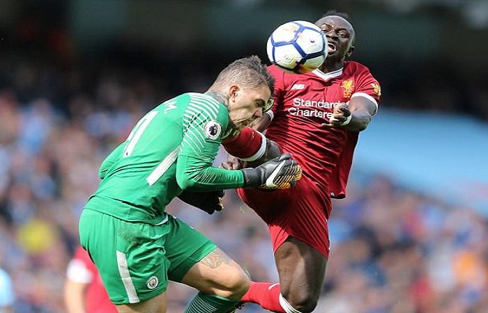 Momen Sadio Mane mendaratkan kakinya di kepala Ederson Moraes yang membuat wasit Jon Moss mengeluarkan kartu merah pada laga Manchester City kontra Liverpool pada Sabtu (9/9) malam WIB. (Foto: EPA)