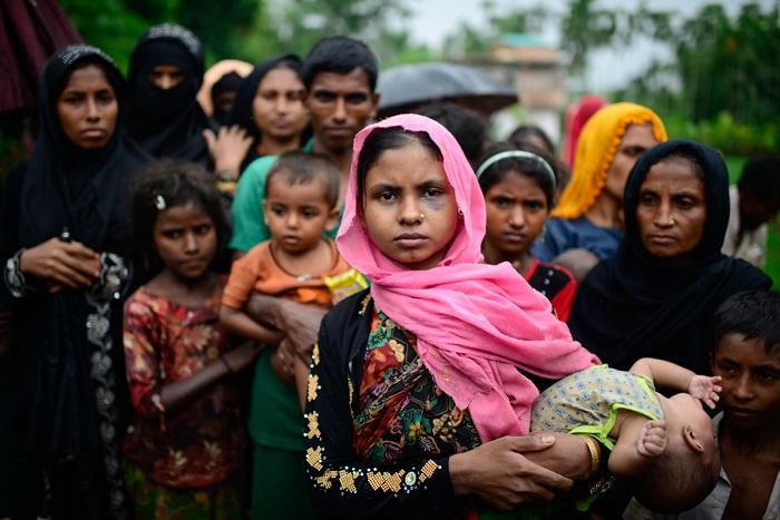 Salma Khatun menyeberang ke bangladesh bersama suami dan lima anaknya. Saat foto ini diambil, dia dan anak-anaknya belum makan setidaknya dua hari. (Teks & Foto: Mahmud Hossain Opu/Al Jazeera)