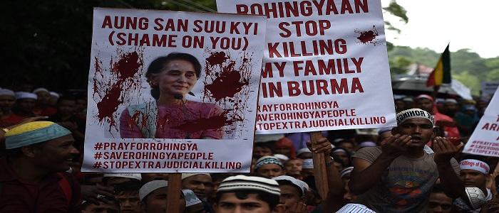 Pengungsi Muslim etnis Rohingya memegang plakat dan meneriakkan slogan-slogan selama demonstrasi menentang penganiayaan Muslim Rohingya di Myanmar, di luar Kedutaan Besar Myanmar di Kuala Lumpur pada hari Jumat (1/9). (AFP Photo/Manan Vatsyayana)
