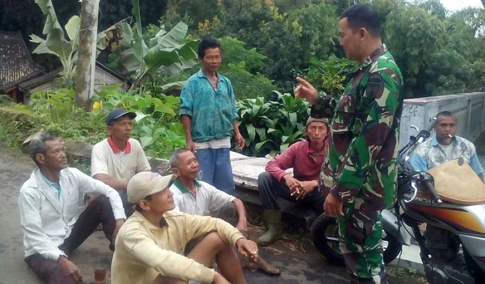 Babinsa Sombo Serda Hartono bersama para petani desa Sombo. Foto Timbul M/ NusantaraNews.co
