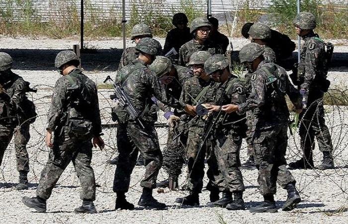 Tentara Korea Selatan ambil bagian dalam latihan militer di perbatasan Korea. (Getty Images)