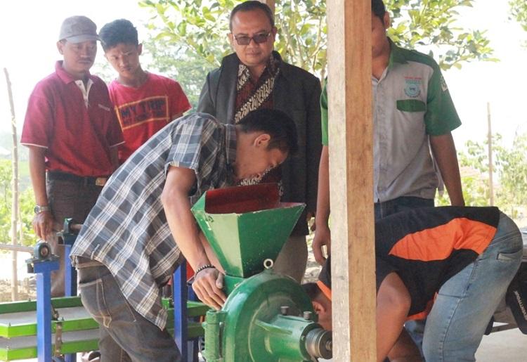 Tim dari UMK bersama warga mencoba peralatan pembuat tepung ganyong/Foto Dok. Pribadi/Nusantaranews