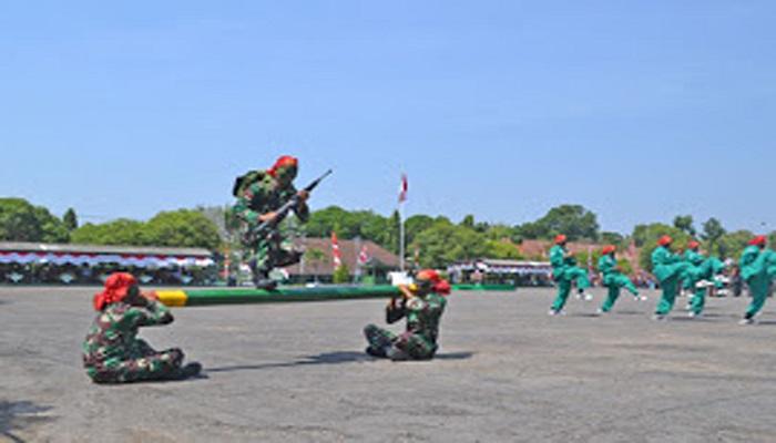 Atraksi ketangkasan prajurit TNI AD di upacara penutupan pendidikan siswa Secata Dikmata TNI AD Gel I Tahap I TA 2017, Kamis(7/9/17). (Foto: Pen/Istimewa)