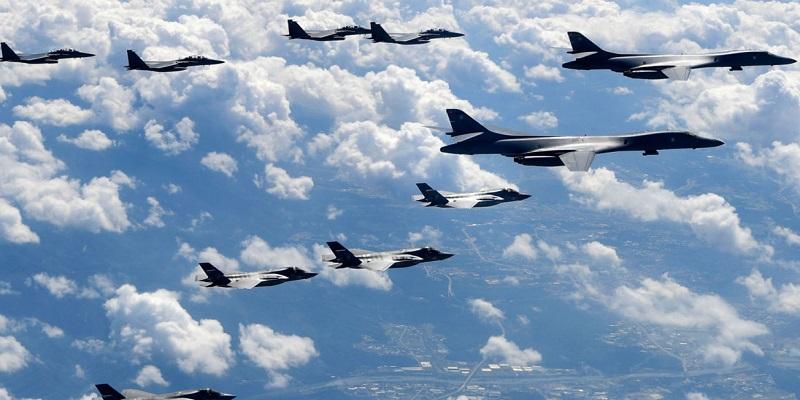 Pesawat pembom Angkatan Udara Amerika Serikat terbang di langit dekat pantai Korea Utara. (Photo by South Korean Defense Ministry via Getty Images)