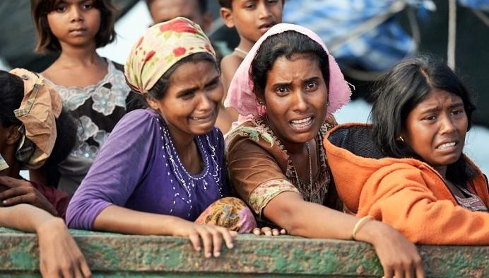 Wanita Rohingya lari dan menangis. Foto: Dok. Turner.com